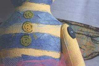 Bee_doll_button_details